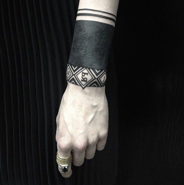 Voilà plusieurs mois que je suis l'artiste tatoueuse russe Sasha Masiuk sur Instagram. Totalement fan de son style dotwork et linework (trav...