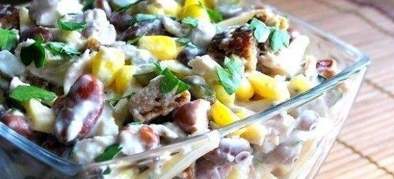 salát s kuřecím masem a fazolemi