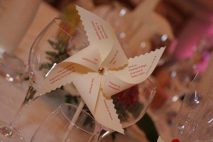 Menu mariage fête original en papier sous forme de Carte 3D moulin à vent, il peut tourner sur son petit axe doré pour permettre une lecture aisée du menu. Il fera sensation su - 270885