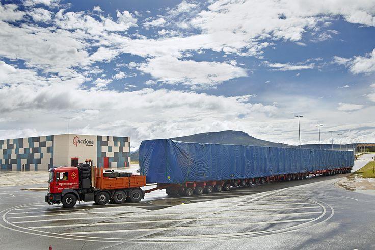 Un camión de 200 ruedas, 70 metros y 120 toneladas ha transportado el nuevo molde para fabricar palas de 61,2 metros
