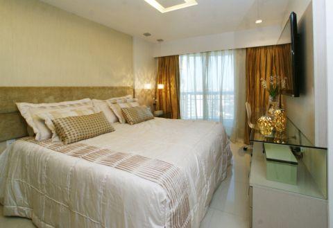 Este quarto, de aproximadamente 20 m², foi projetado pela arquiteta Erica Tahim para um casal que queria um quarto confortável e harmonioso. O destaque fica por conta da cabeceira revestida de tecido.