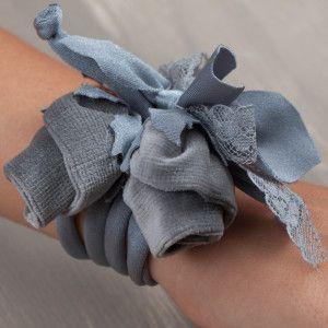 Il bracciale di boccioli in velluto http://www.lafioraiapazza.com