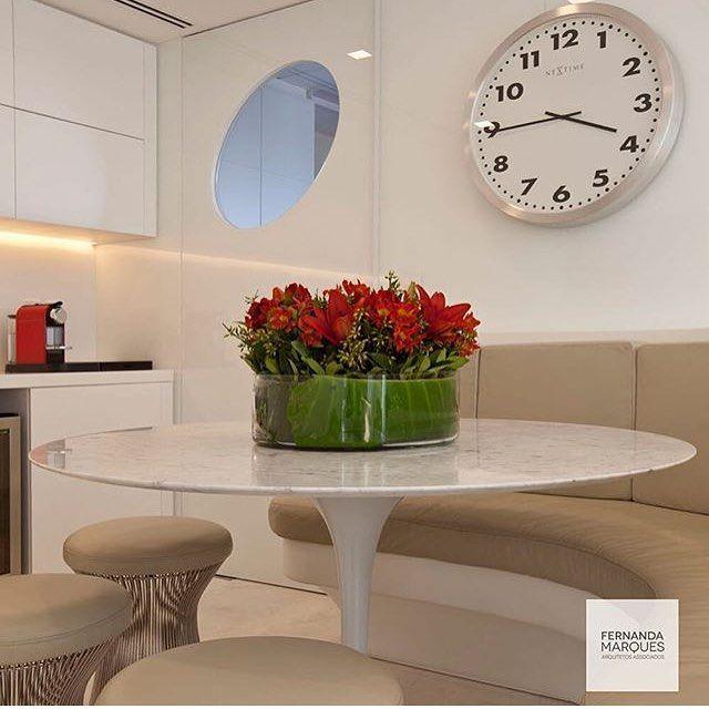 Sala de almoço, destaque para as curvas do banco linear que casou perfeitamente com a mesa Saarinen, amei o design, e vocês! Projeto by @fernandamarquesarquiteta #decor #homedecor #gourmet #arquiteta #decoration #design #kitchen #cocina #cozinha #cool #photo #instadecor #instabest #arquitetura #decoracion #like #saarinen #home #interiordesign #blogfabiarquiteta #fabiarquiteta