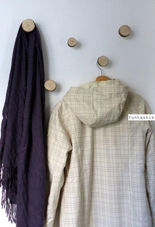Věšáčky Woody V. Věšáčky, co voní dřevem a dozajista zateplí Váš interiér.... Tvořeny jsou ze dřeva včetně kůry (z kulatinky) a kovového (nerez) věšáku. Kování, kterým snadno věšáček připevníte na zeď je pevně přilepeno truhlářským lepidlem(návod k připevnění je jedním zobrázků). Dřevěná část je ošetřena matným bezbarvým lakem, aby Vám ...