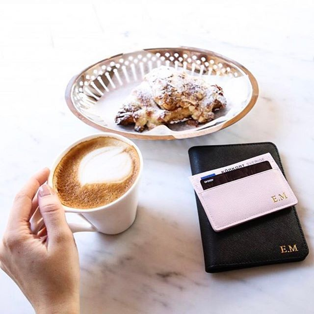 "Don't miss out on our #FLASHSALE 💥 Get 25% off your order at www.deriwe.com - enter ""FLASHSALE25"", link in bio 🛩 @emmamelins shows us her pink card holder and black passport holder with her initials in gold 🌟 #deriwe"