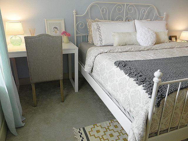 Ik denk dat ik de muur achter het hoofdeinde van mijn bed in het pastel lichtblauw zal verven. Fris!