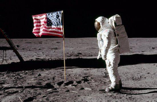 NASA veilt unieke voorwerpen van eerste maanlanding