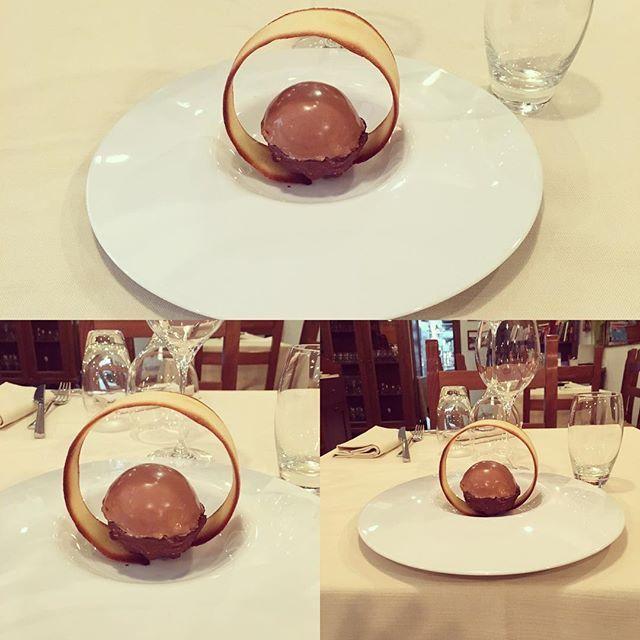 DU GUST IS MEGL CHE UAN... Recitava una pubblicità di qualche anno fa... e noi abbiamo preso ispirazione! Sempre per restare in tema #autunnale una proposta di #dessert: semifreddo alla #nocciola con glassatura alla #gianduja e cioccolato #guanaja di #valrhona con #noccioledigiffoni rotte.  Season dessert: #hazelnuts #parfait with glazed: gianduja and #darkchocolate with broken hazelnuts.  #palau #sardegna #sardegnagram #sardegnaofficial #sardegnalive #lamaddalena #sardinia #ristorante…