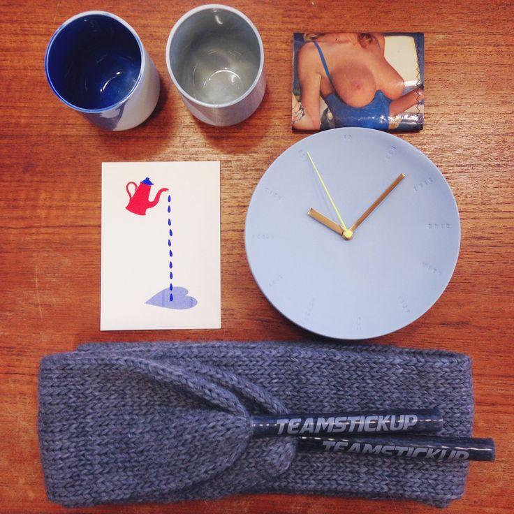 Verwen je man voor Valentijn met een mooi/spannend/lief/handgemaakt/in Nederland ontworpen kadootje van LhGWR! v.l.n.r. v.b.n.b.: koffiekopjes van De Intuïtiefabriek, portemonnee van oude Playboys, gezeefdrukte kaart van JET, porseleinen klok van Studio Elke van den Berg, sjaal van Sweatshop Deluxe