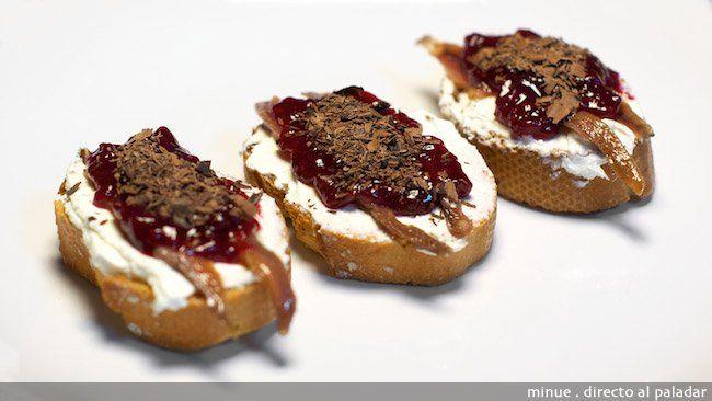Montadito de queso, anchoa y mermelada. Receta paso a paso con fotos de los ingredientes y de la elaboración. Trucos y consejos de elaboración....