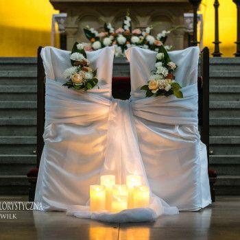 Dekoracja kościoła świece krzesła młodych woal