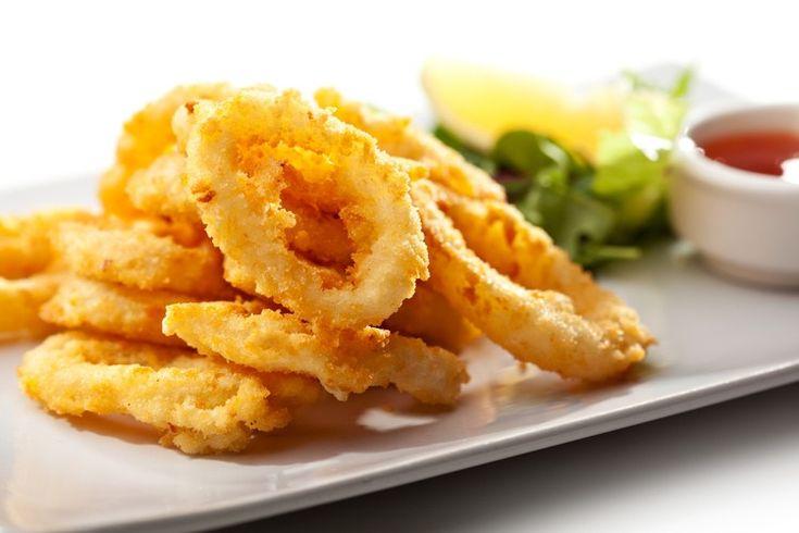 Хрустящие кальмары в кляре – вкуснейшая закуска для дружной компании.