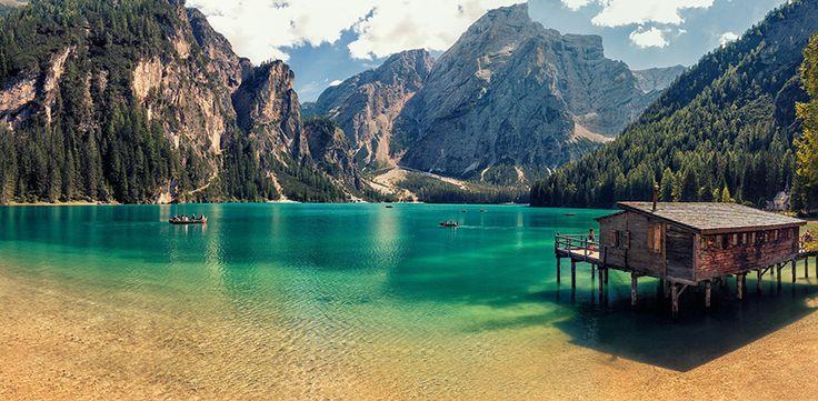Braies il più bel lago delle #Dolomiti. Il lago di Braies (Pragser Wildsee in tedesco) è un piccolo lago alpino situato in Val di Braies (una valle laterale alla Val Pusteria) a 1.496 m s.l.m. nel comune di Braies (BZ), a circa 97 km da Bolzano.