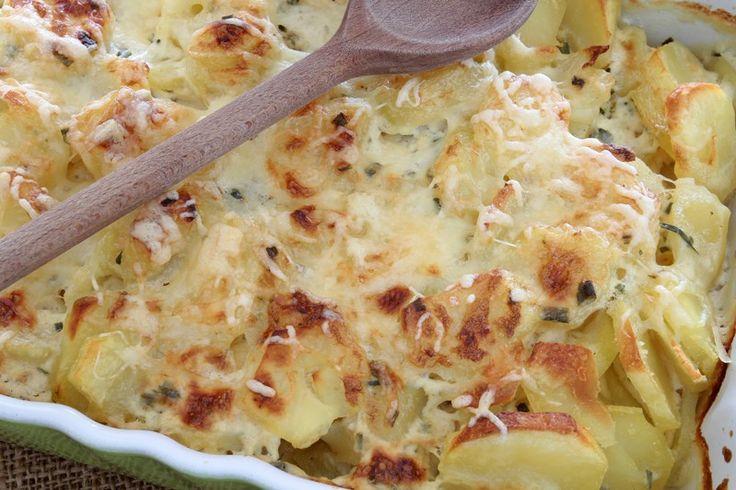 Le patate ai quattro formaggi sono così saporite da conquistare tutti. Sono anche un piatto versatile che si può proporre in tante versioni. Ecco la ricetta ed alcuni consigli