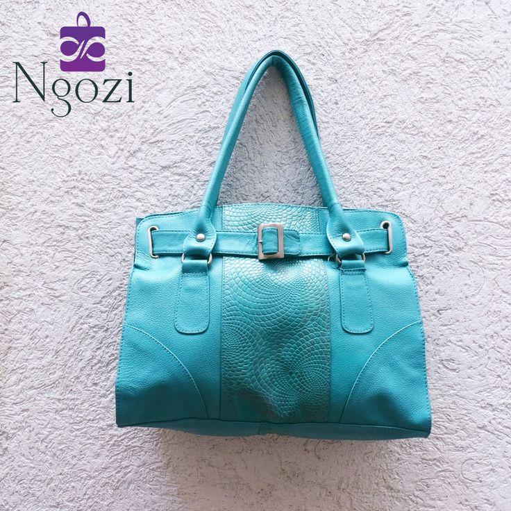 #4000 - Bolso Cuero Azul Cielo / Tamaño: 25cm x 31cm / Descripción: 3 bolsillos internos, único servicio, correa larga adicional.