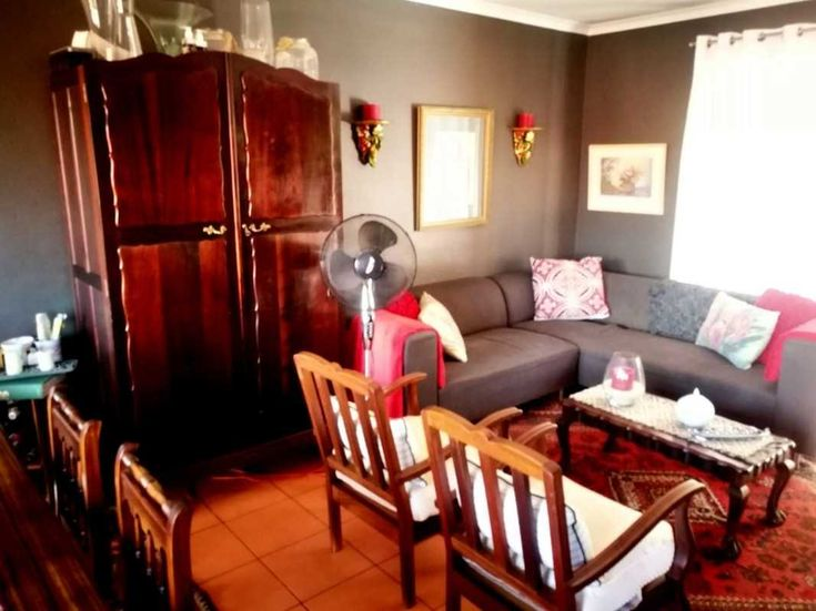 SPACIOUS UNIT CLOSE TO SCHOOLS, SHOPS AND TRANSPORT! This spacious 2 Bedroom Townhouse is perfectly located close to Bakenkop Primary School, Wierda Spar and Mall@Reds. When you enter the front door...