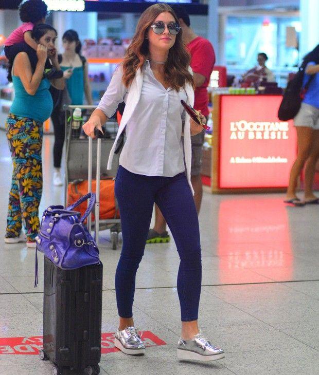 Básica e confortável. Para viajar, Marina Ruy Barbosa escolheu um look confortável de legging e jeans combinados com camisa de alfaiataria