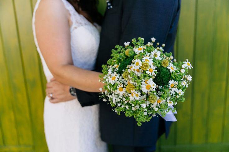 Ein grün weißer Brautstrauß zur Hochzeit mit Gänseblümchen!   Foto: Julia Hofmann