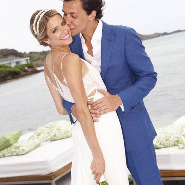 Celebrity News | Foi no sábado a cerimônia de casamento em  Saint Barth de Helena Bordon com o banqueiro Humberto Meirelles. Francisco Costa assinou o vestido da noiva, que foi levada ao altar por seus 2 pais (sim, ela considera seu padrasto Nizan Guanaes seu pai) e recebida pelo noivo em um terno sem gravata, super apropriado para uma cerimônia na praia. Felicidades ao casal! #icasei #casamento #wedding #casal #noivos #couple #celebritywedding #celebridades