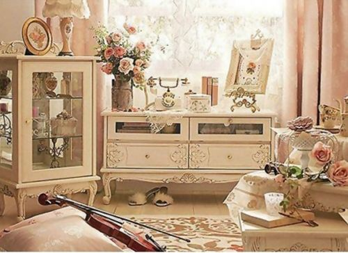 Ca il reconditionam sau ca il cumparam direct din magazin, mobilierul din casele noastre poate avea un aer proaspat. Iar calitatea design-ului pe care il a