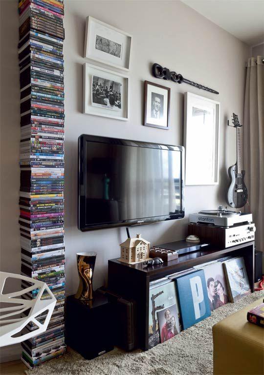 Parece uma pilha de DVDs, mas as caixas estão acomodadas sobre as lâminas de aço da estante Harry Houdini, do Studio Grossso, que ficam imperceptíveis. Da loja virtual O Segredo do Vitório.