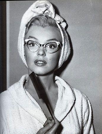 Marilyn Monroe indossa occhiali modello cat's eye, tipici degli anni '50.