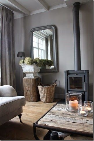 landelijk interieur, donkere muren, lichte plafons, houten accessoires, hout kachel