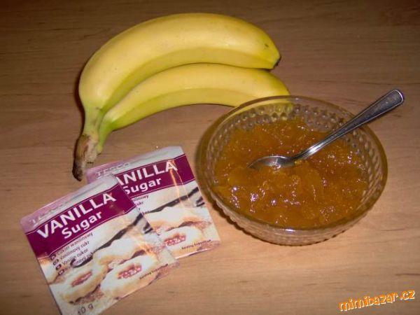 Banány namačkáme vidličkou, přidáme šťávu z ovoce, jablka a vodu. Promícháme, přidáme Gelfix s cukr...