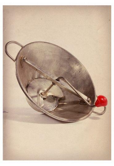 Draaizeef voor puree, appelmoes etc. Ik heb nog steeds een iets modernere versie..