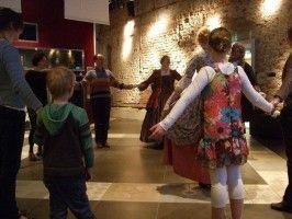 Tijdens de historische dansworkshop zijn we met een team van 2/3 historische personages in rol. We vertellen over de etiquette van de tijd waarin we leven, hoe gedraag je je op een bal? Wat was wel en niet gepast? We leren het publiek danspassen van enkele historische dansen aan en voeren de dans met ze uit. De workshops duren gemiddeld 20-30 minuten en zijn in te huren vanaf 1 uur. - See more at: http://historischhuren.nl/object/historische-dansworkshop/#sthash.uvoJExeO.dpuf