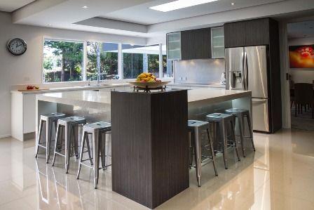 Large kitchen. L shape island. Breakfast bar. Modern Kitchen www.thekitchendesigncentre.com.au