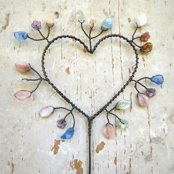 srdce,+zápich+rozkvetlé+srdce,+zápich+do+květináče.+železný+drát,+skleněné+korálky.+délka+cca+37+cm+drát+získá+ve+vlhku+rezavou+patinu+original+smu