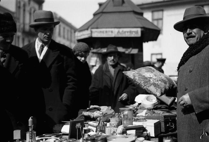 Flea market with cushions, April 1932