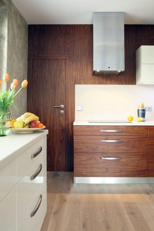 Dřevo dekory dodávají do vaší kuchyně teplo domova. Zajímavě sladěná stěna s dveřmi a částí dvířek dají vyniknout jednoduché kráse. Kombinace dvířek v dekoru dřeva s dvířky v bílém lesku v sobě hezky kloubí přírodu a čistotu, ideální pro ty, kdo se nemohou rozhodnout.