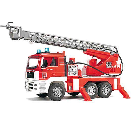 Detailgetreuer MAN Feuerwehr-LKW, der zum Spielen einlädt. <br /> Das kippbare Fahrerhaus des MAN Feuerwehr-LKWs mit Drehleiter und Wasserpumpe ermöglicht die Sicht auf den Motorblock. Die Spiegel des Fahrerhauses lassen sich ausklappen und der integrierte Wassertank kann befüllt werden. Der Wasserschlauch lässt sich aufwickeln und besitzt am Ende eine voll funktionsfähige Wasserspritze. Die Drehleiter inkl. Rettungskorb kann durch ein Handrad ausgefahren und höhenverstellt werden....