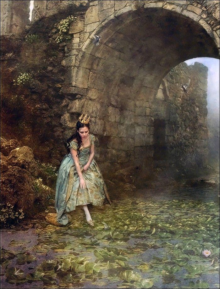 In den alten Zeiten, wo das Wünschen noch geholfen hat, lebte ein König, dessen Töchter waren alle schön, aber die jüngste war so schön, dass die Sonne selber, die doch so vieles gesehen hat, sich verwunderte, so oft sie in ihr ins Gesicht schien. - Jacob und Wilhelm Grimm