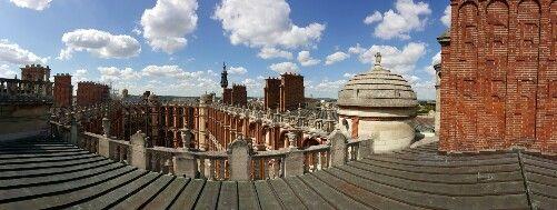Les toits du château de Saint-Germain-en-Laye. Résidence royale et musée d'Archéologie nationale depuis 1862. Il abrite des collections de la Préhistoire au début du Moyen Age. Les collections paléolithiques et celtiques sont parmi les plus belles au monde.