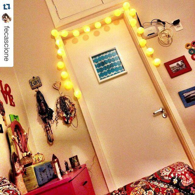 """#Repost @fecascione with @repostapp ・・・ Amei @pipilotabrasil iluminando my bedroom!!!! #decora#design #luminarias #pipilotas  Nossos clientes já estão instalando as suas Pipilotas! Olha que quarto mais fofo! Ficou mais lindo ainda com a Pipilota """"areia"""" a pilha emoldurando a porta. Adoramos! cordão de luz, luminaria de bolinha, luminaria de fio de algodao"""