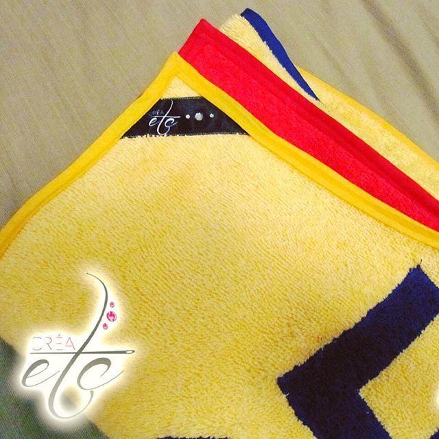 Voici le tuto couture pour la création d'une serviette de bain aux couleurs de l'équipe de football de la Selección Colombiana ! CRÉAetc - www.crea-etc.net ••la serviette de bain Colombia•• #couture #tuto #diy #creaetc #creaccessoire #serviettedebain #colombia #bain #plage #serviette #seleccioncolombia #colombie #drapeau #jorge #playa #toalladebaño