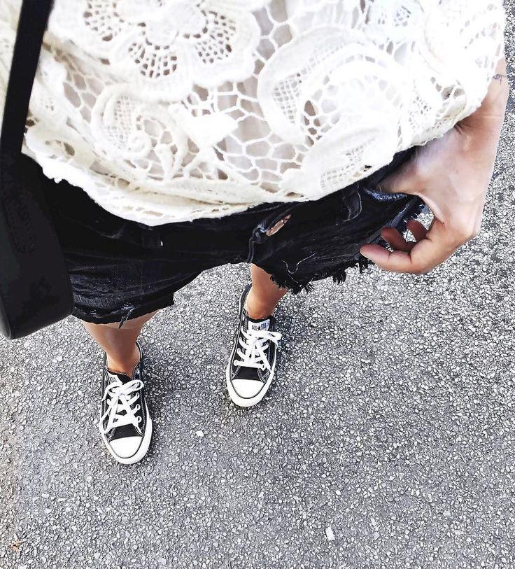 Rien de tel qu'un top en dentelle pour twister un short en jean noir à bord franc ! (instagram Audrey Lombard)