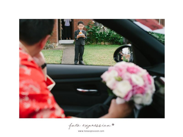 """Expensive orange""    Photography by Joan Efrata    It's a chinese tradition that a little boy to open the door the groom before entering to the bride's house."