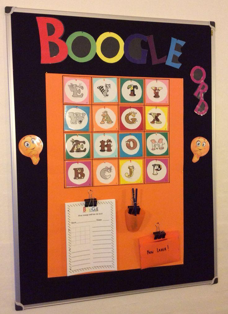 """- Så er det bare igang med at danne ord. Boogle er som scrabble. Eleverne tager et arbejdsark, skriver bogstaverne af - som udskiftes hver uge - og så danner de så mange ord, som de kan ... Tavlen er tænkt som en lille """"pause-opgave"""" i timerne - og er derfor placeret ude på gangen lige foran klasselokalet..."""