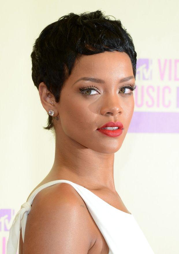 La coupe courte de Rihanna Elle a essayé un grand nombre de styles capillaires mais celui-ci fait parti de nos chouchous.