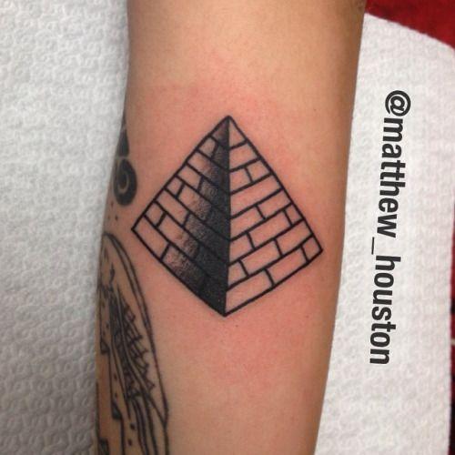 Fun pyramid #pyramid #linesandshading #traditional #tattoo #blackwork #walkin @salonserpenttattoo