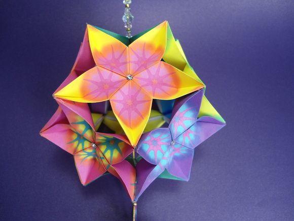 Este produto foi confeccionado com 63 papéis de origami importado, fio metálico, miçangas especiais de vidro furta-cor e metal, acabamento das flores em strass, ideograma em japonês frente e verso e também embalado com a história do  kusudama. Uma linda peça para se presentear alguém especial e sensível.  Flor de Cerejeira significa a beleza feminina e simboliza o amor, a felicidade, a renovação e a esperança. É uma flor de origem asiática, conhecida como ?Sakura?, a flor nacional do Japão…