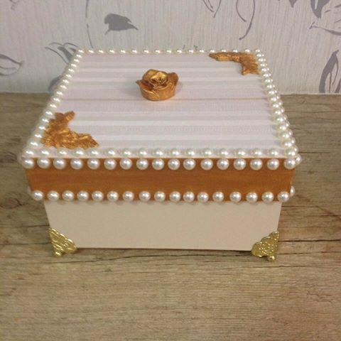 Caixa decorada com papel de parede, resina ,perolas com pés de metal…