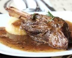 Gigot d'agneau en sauce à l'oignon