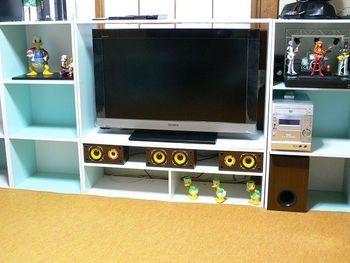 テレビ周りの収納、インテリアにもカラーボックスは大活躍。  スピーカーやデッキ、DVDなど何かと物が多いテレビ周りをすっきり収納します。