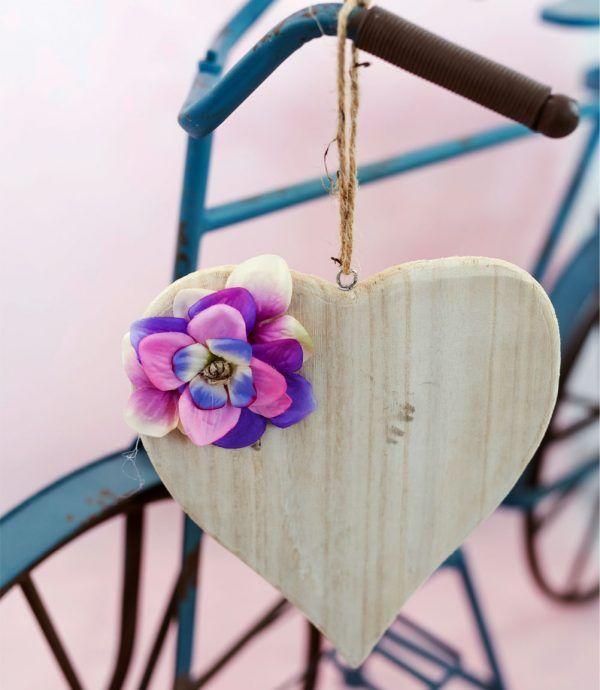 Pendente Jimmy #pendente grande in #legno chiaro a forma di #cuore, decorato con #spago e #fioriartificiali. I #fiori utilizzati per #decorare il pendente sono: #petali di #ortensie #blu, #lilla e #rosa. #decorazioni #design #oggettistica #shabby #lafleuriste #lafleuristechic #shoponline