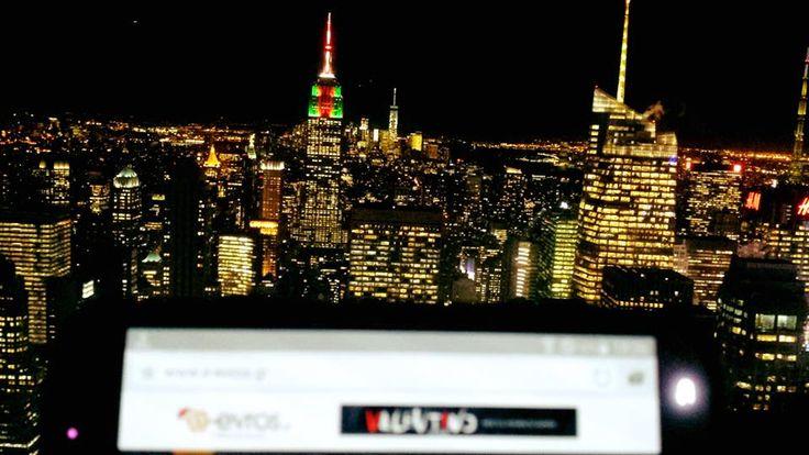 """Με φόντο την """"Πόλη που δεν κοιμάται ποτέ"""", τη Νέα Υόρκη των ΗΠΑ, μας τρελαίνει ο Πάνος!  Το κτίριο με την πολύχρωμη οροφή που δεσπόζει στο Manhattan είναι το ξακουστό """"Empire State Building"""" που κατά τη διάρκεια των εορτών των Χριστουγέννων είχε αυτή την πανέμορφη όψη. Από το 1931 μέχρι και το 1970 αποτελούσε το υψηλότερο κτίριο στον κόσμο, οπότε και παραδόθηκαν οι """"Δίδυμοι Πύργοι"""" (WTC) και πήραν την πρωτιά. We love you too Πάνο <3"""